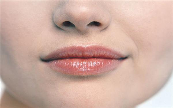 嘴唇经常裂口是什么原因?